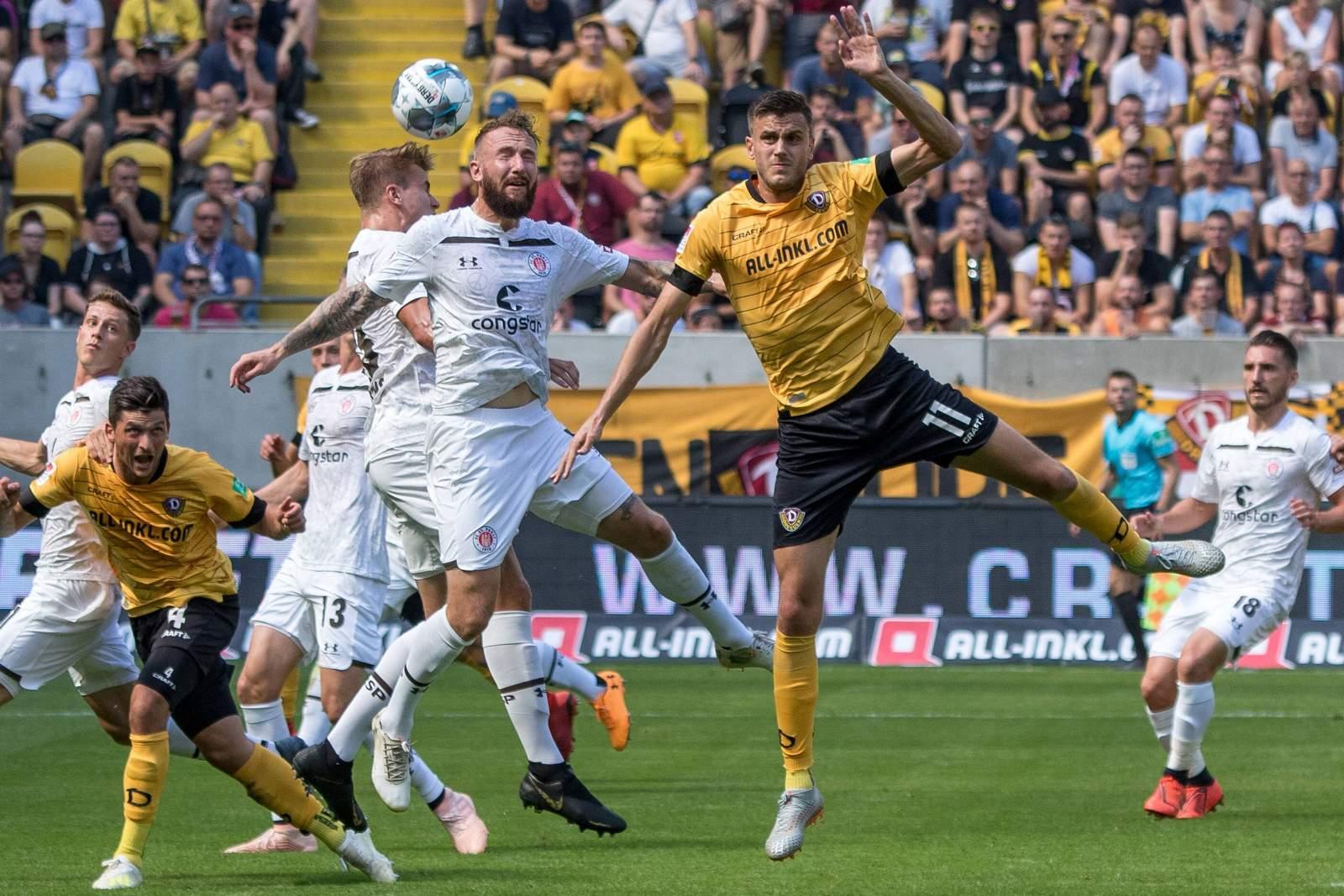 Alexander Jeremejeff von Dynamo Dresden im Kopfballduell mit Marvin Knoll von St. Pauli