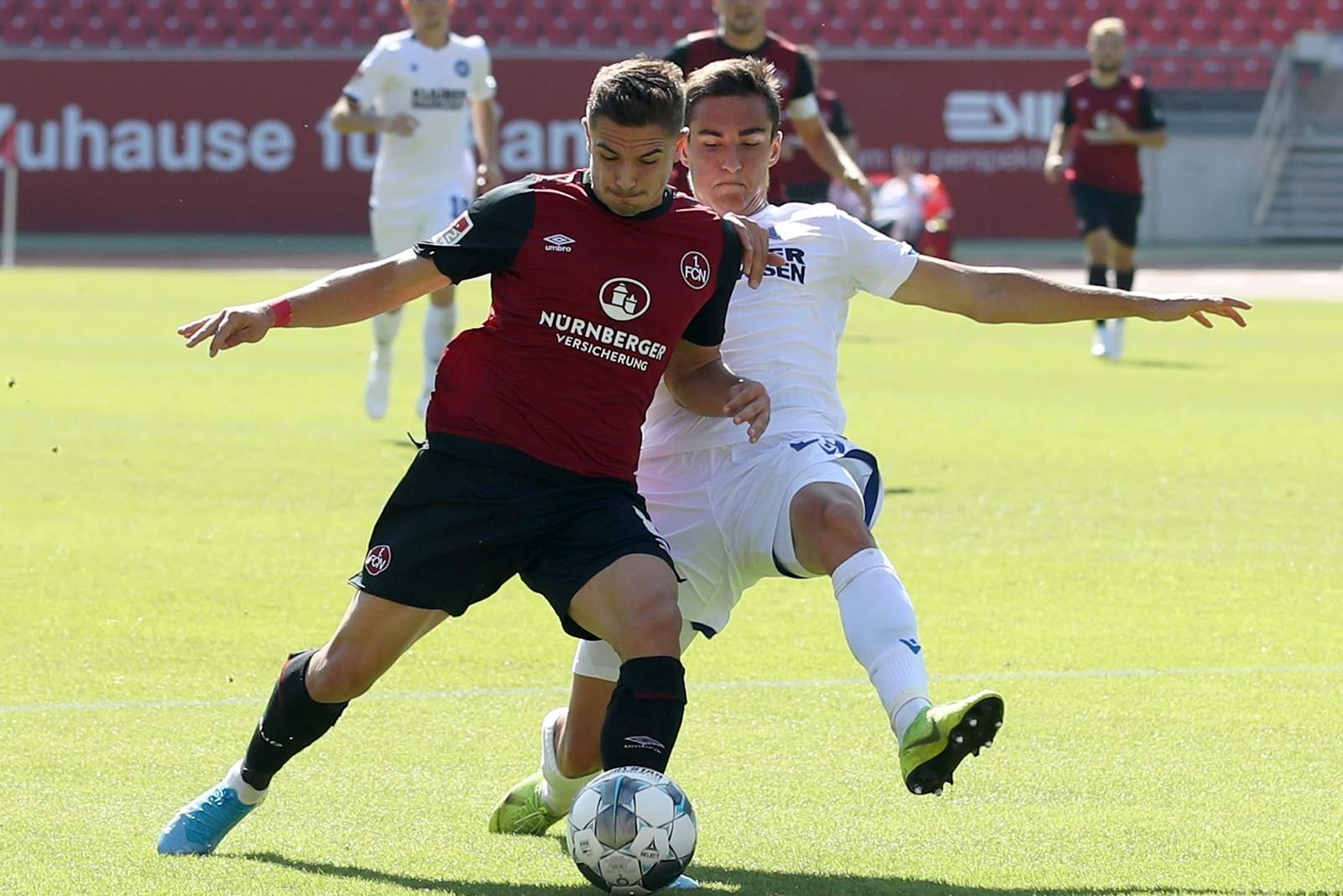 Nikola Dovedan vom 1. FC Nürnberg gegen Dirk Carlson vom KSC