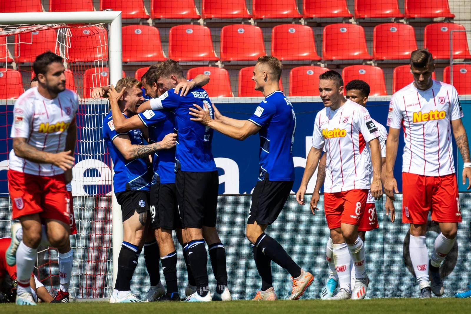 Arminia Bielefeld jubelt gegen Jahn Regensburg