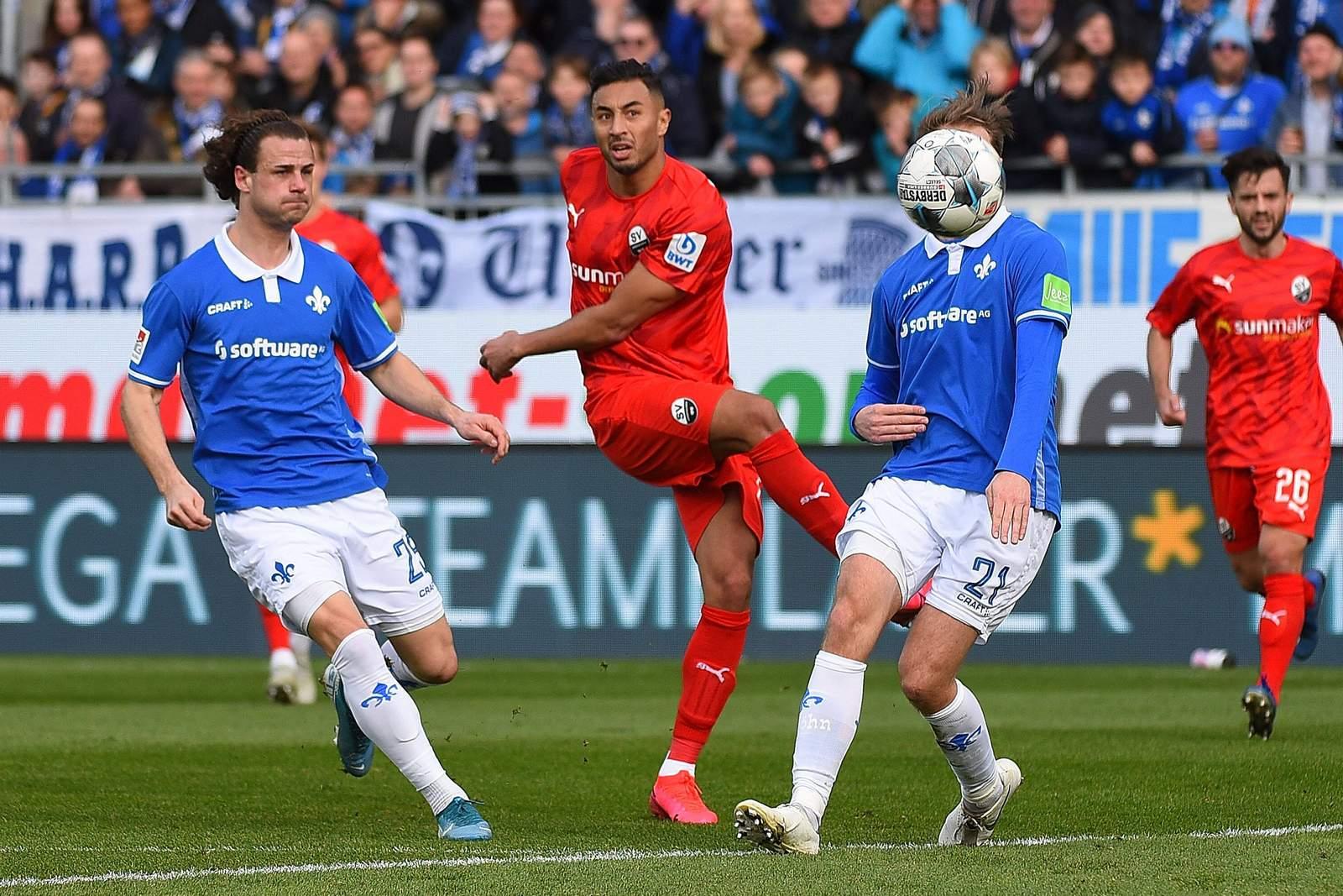 Aziz Bouhaddouz (m.) schließt gegen Darmstadt ab.