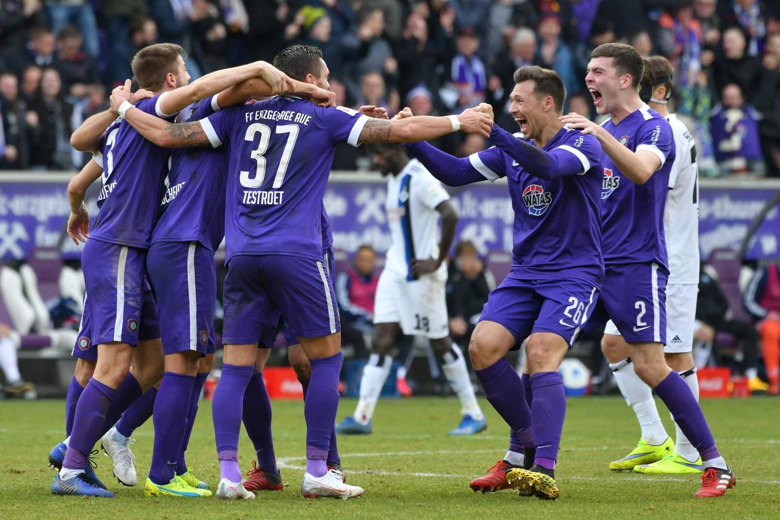 Spieler von Erzgebirge Aue feiern Sieg gegen HSV