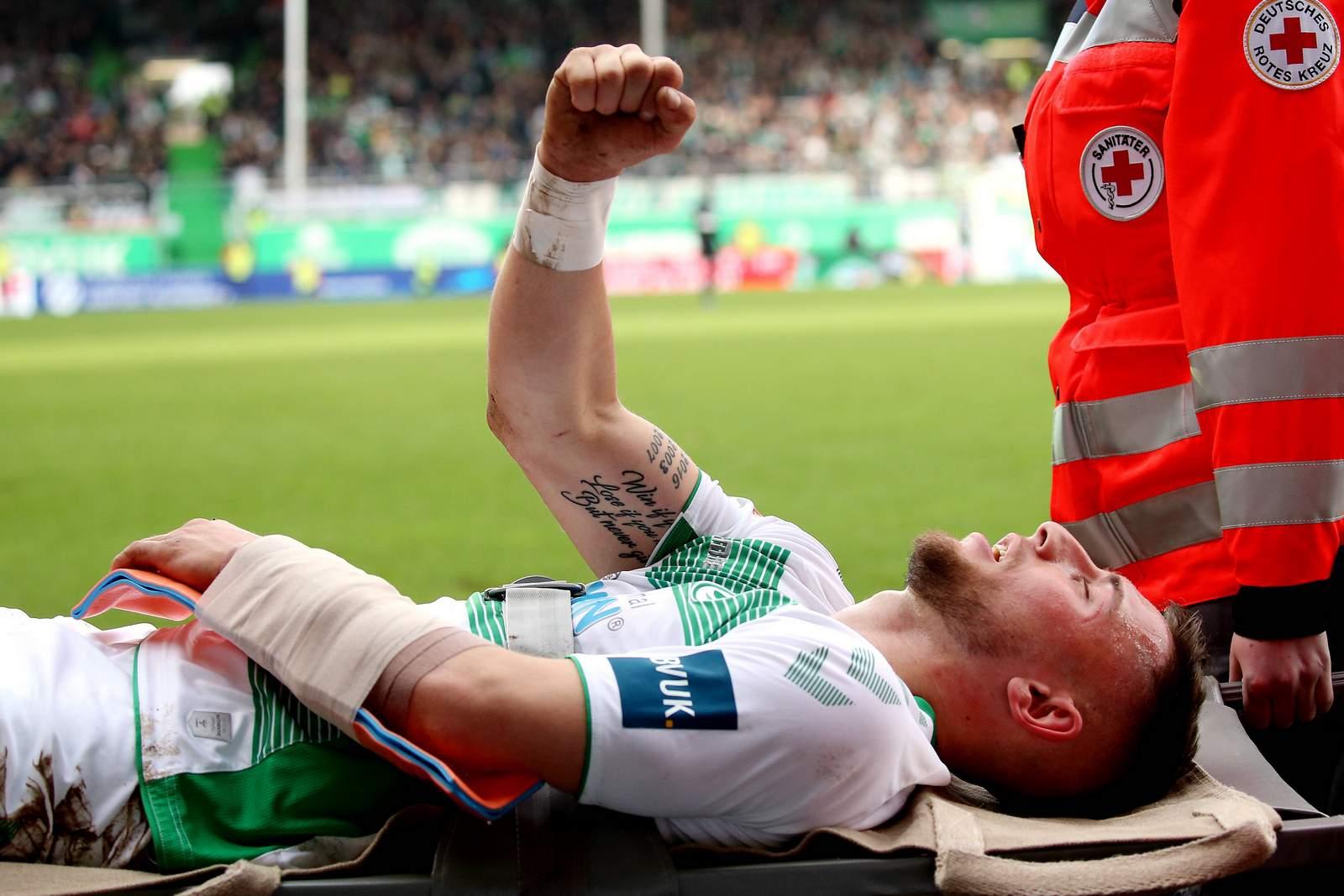 Maximilian Wittek wird nach Verletzung am Arm vom Platz getragen
