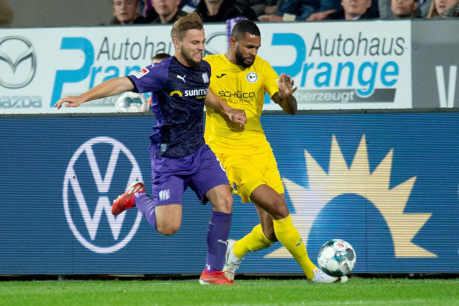 David Blacha vom VfL Osnabrück gegen Cebio Soukou von Arminia Bielefeld