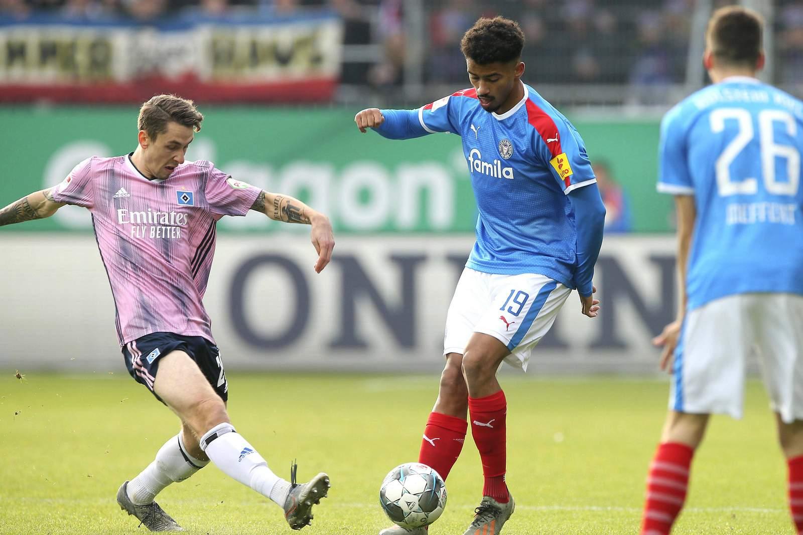 Adrian Fein vom HSV gegen Emmanuel Iyoha von Holstein Kiel