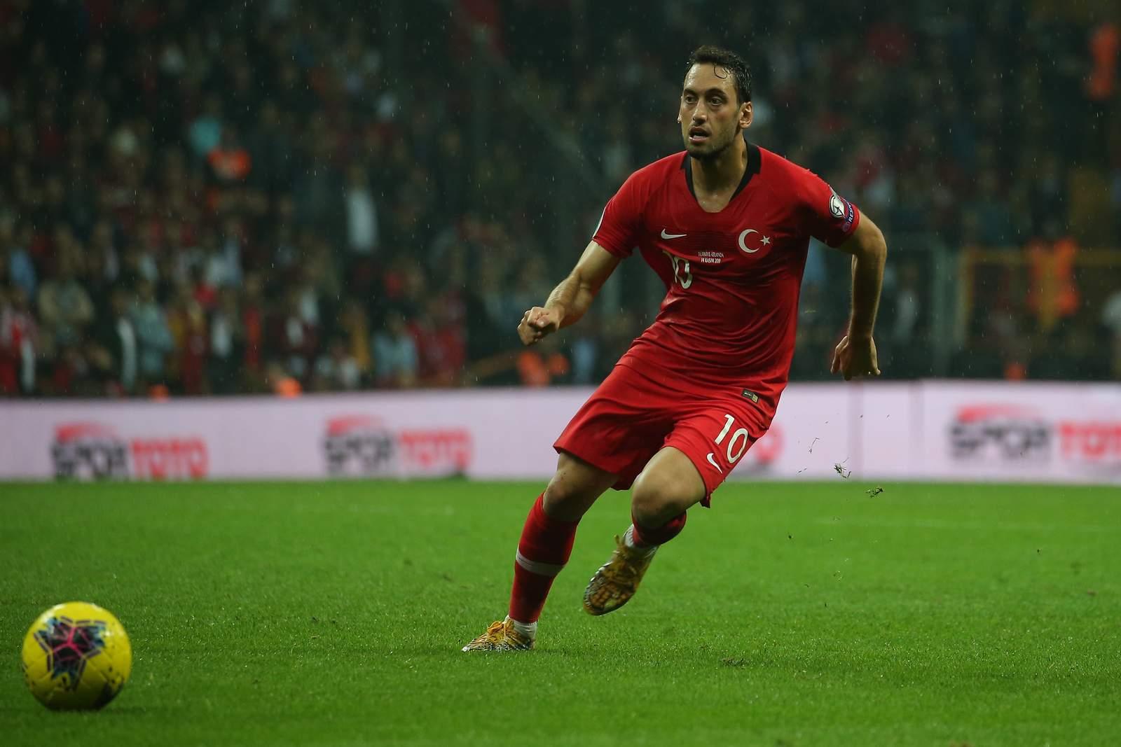 Hakan Calhanoglu am Ball für die Türkei. Jetzt auf Türkei vs Ungarn wetten
