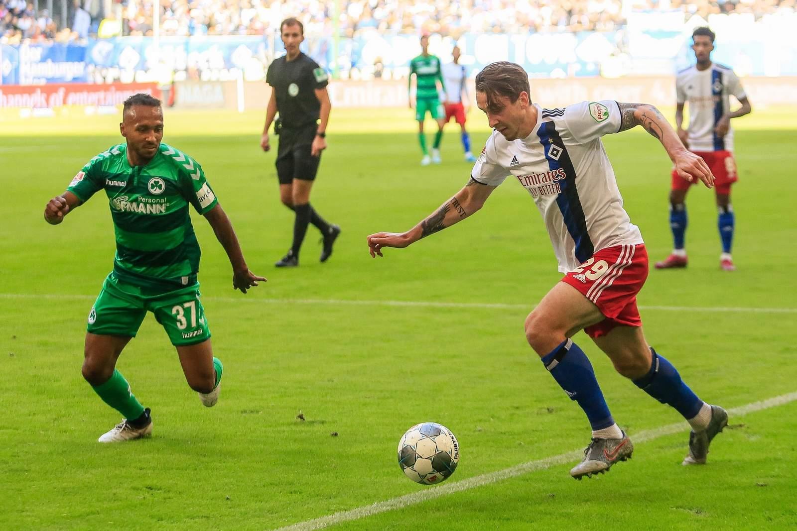 Julian Green von Greuther Fürth (l.) gegen Adrian Fein vom HSV.