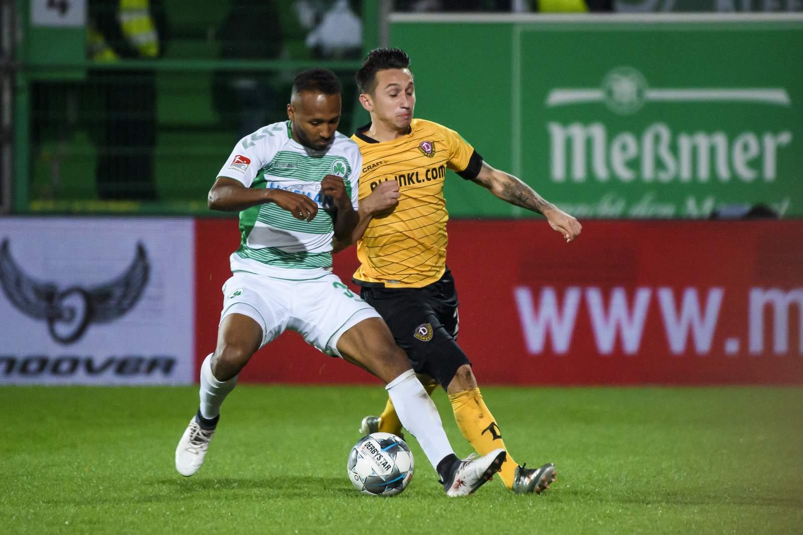 Julian Green von Greuther Fürth gegen Baris Atik von Dynamo Dresden.