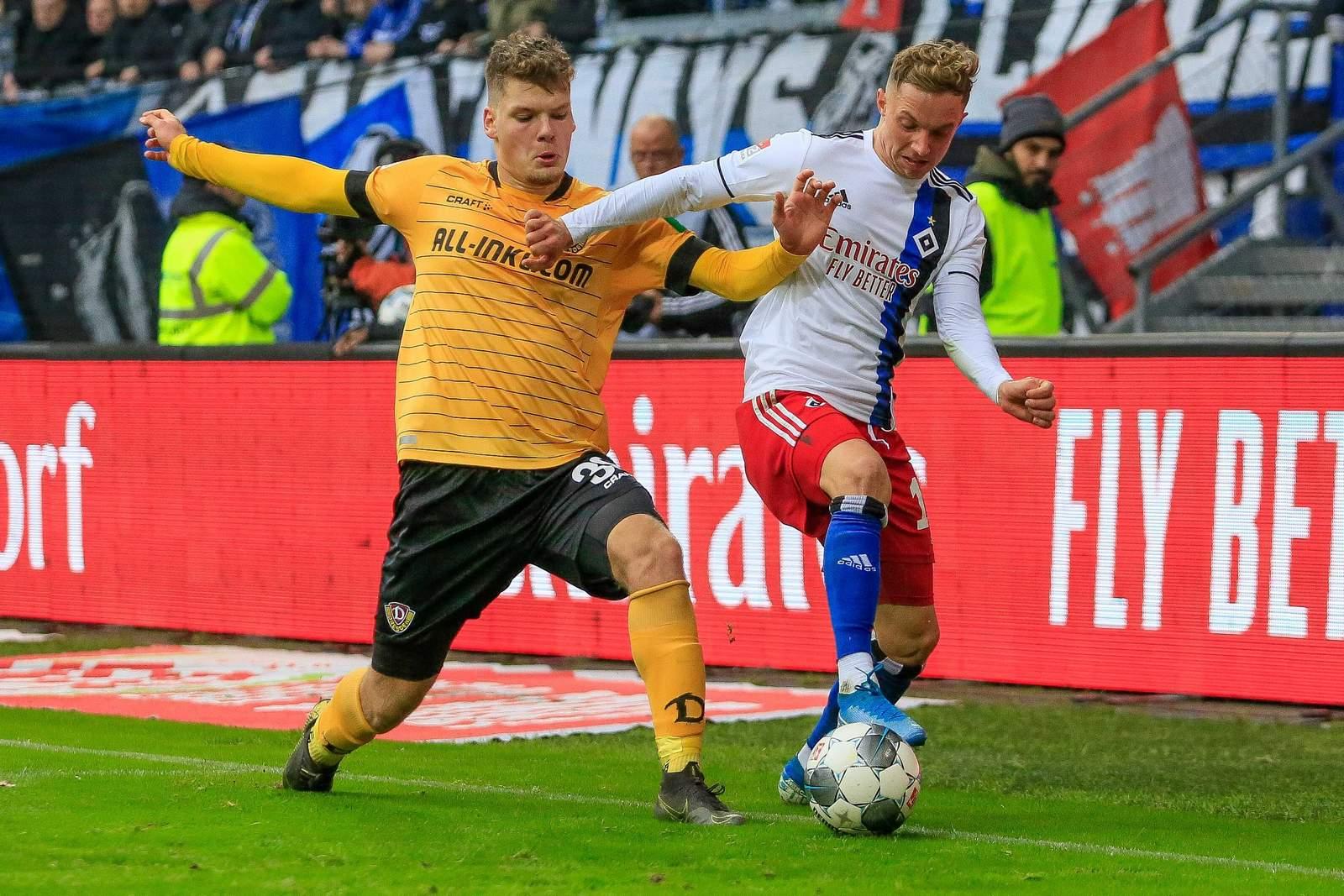 Kevin Ehlers (l) von Dynamo gegen Hamburgs Sonny Kittel (r.)