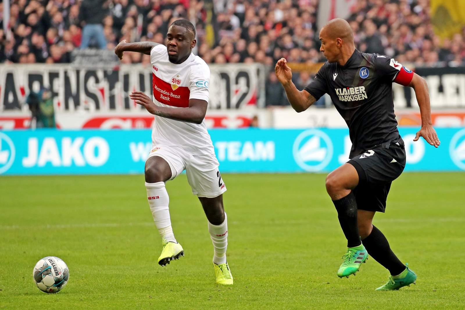 Stuttgarts Orel Mangala gegen Karlsruhes David Pisot.