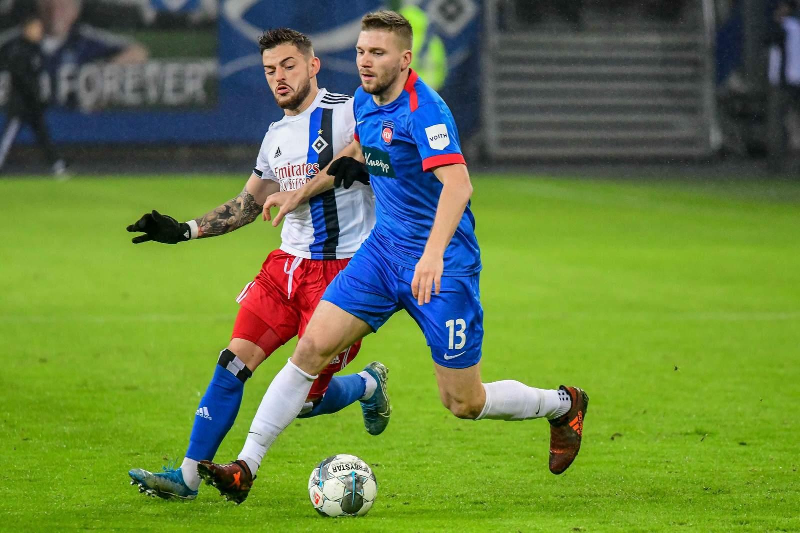 Heidenheims Robert Leipert (r.) gegen Hamburgs Tim Leibold.