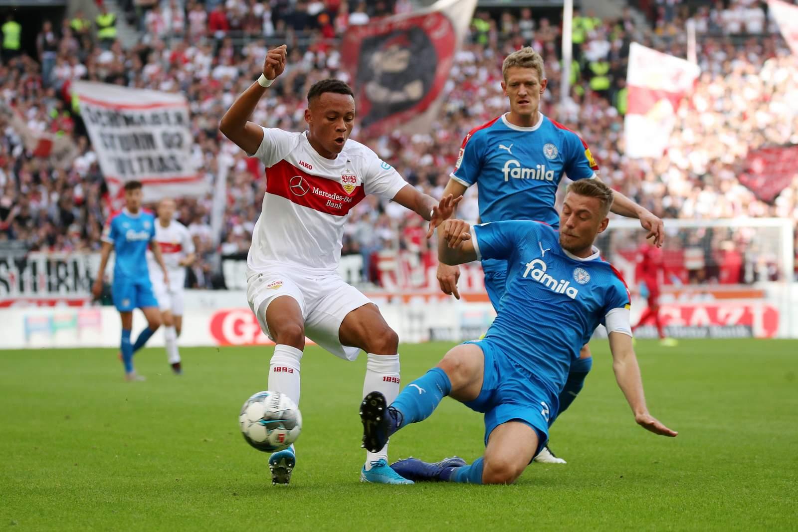 Hauke Wahl von Holstein Kiel grätscht Roberto Massimo von Stuttgart ab