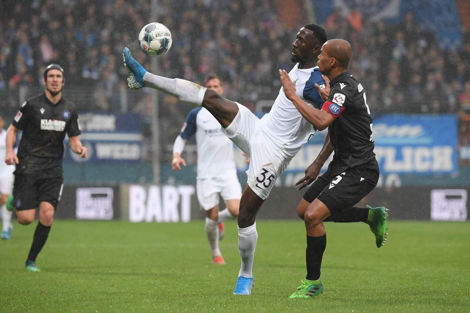 Silvere Ganvoula von Bochum gegen Karlsruhes David Pisot.