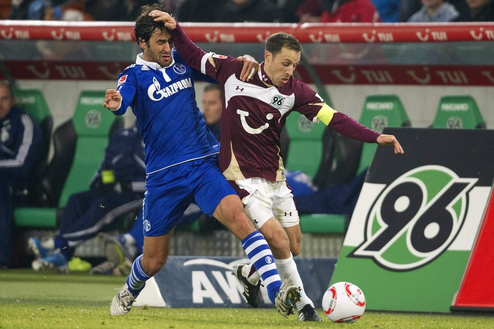 Steven Cherundolo (r.) gegen Schalkes Raul.