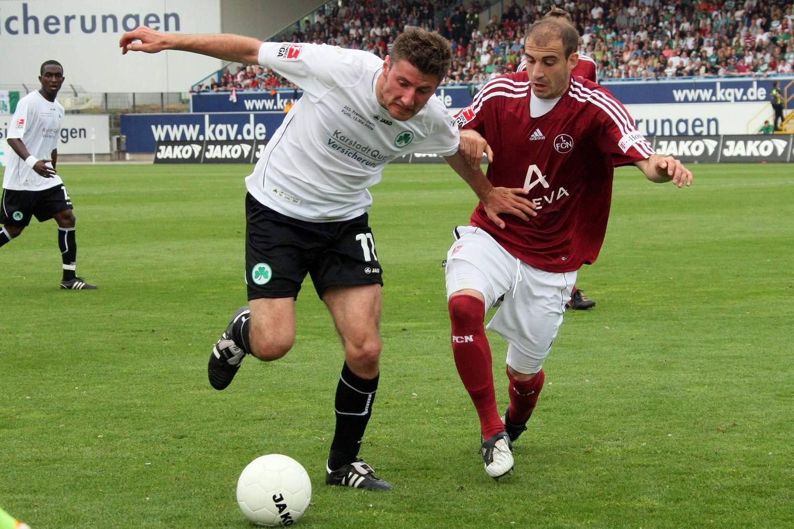 Stefan Reisinger von Greuther Fürth (l.) gegen Nürnbergs Javier Pinola.