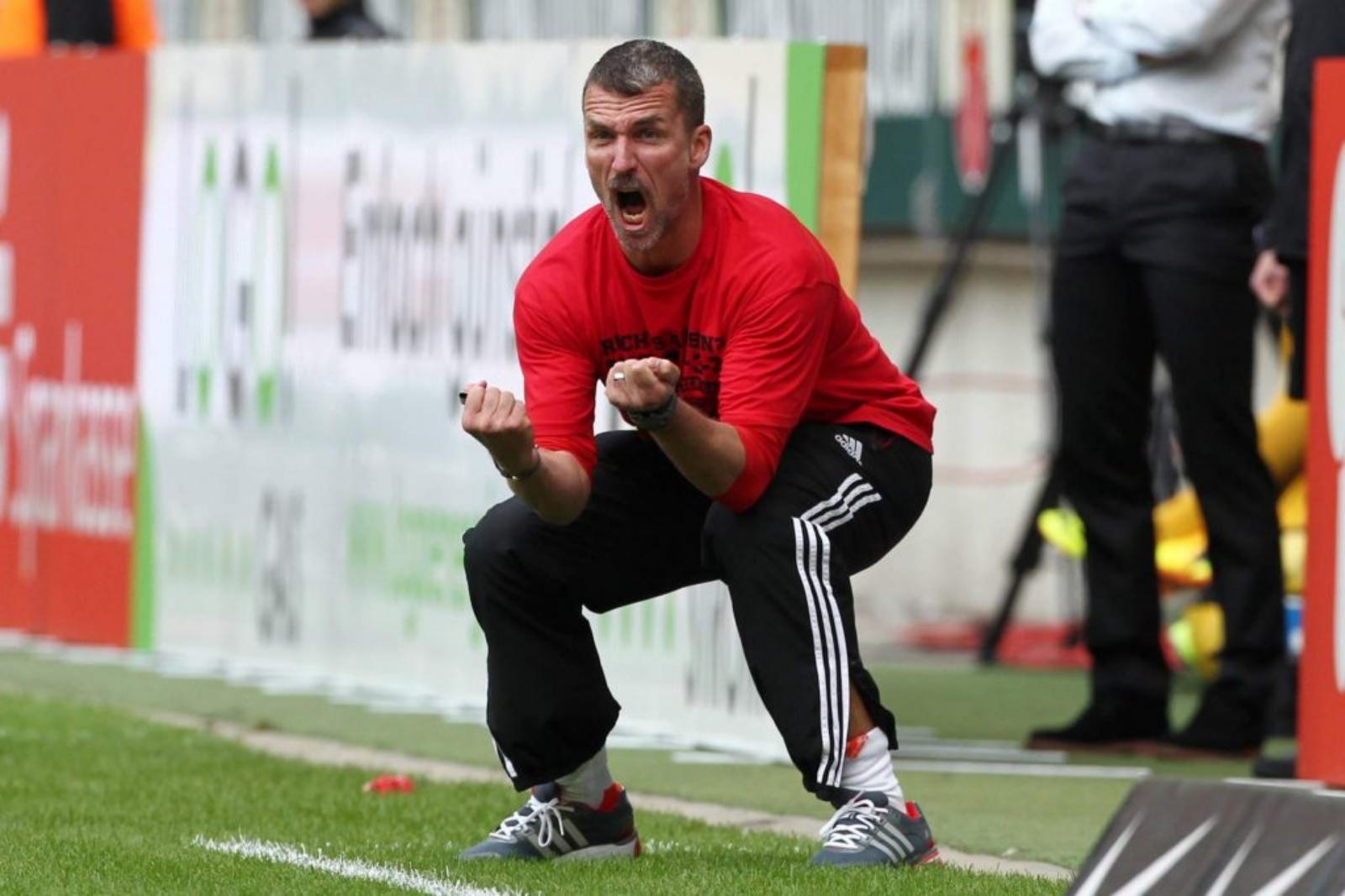 Marco Kurz als Trainer an der Seitenlinie