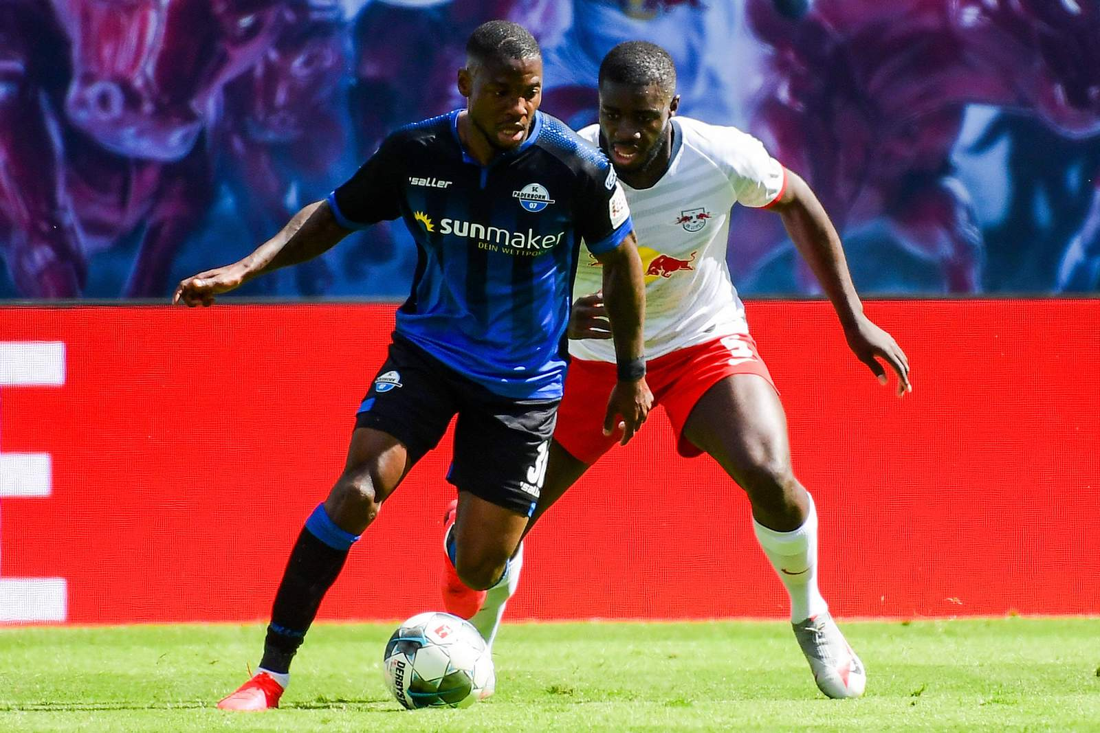 Streli Mamba gegen Leipzigs Dayot Upamecano.