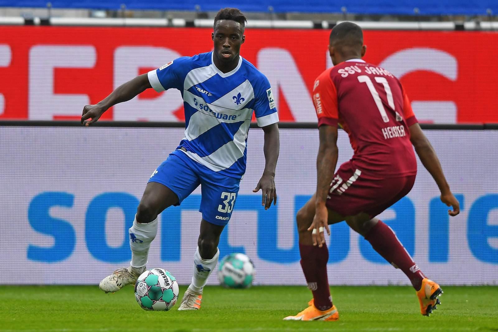 Bradyon Manu von Darmstadt 98 im Spiel gegen Regensburg