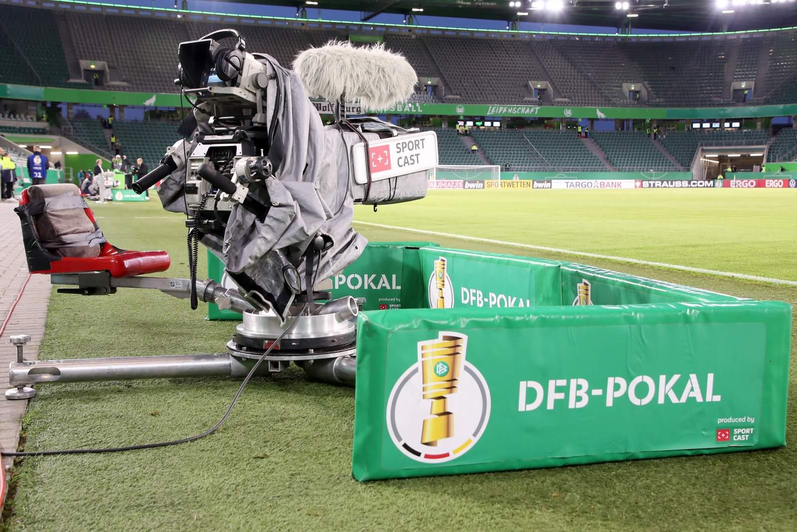 TV Kamera bei Spiel des DFB Pokal in Wolfsburg