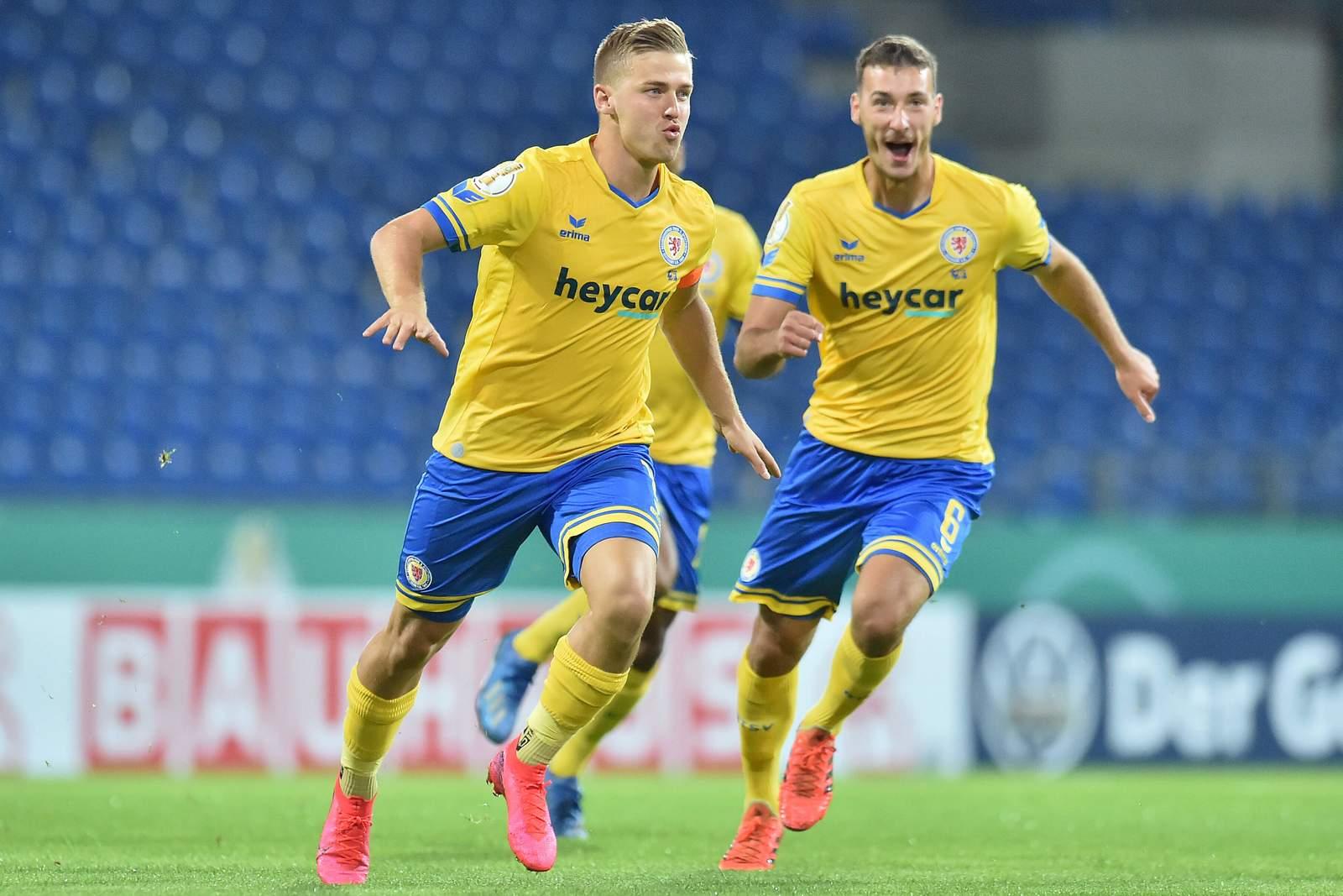 Martin Kobylański jubelt nach Tor im DFB-Pokal gegen Hertha