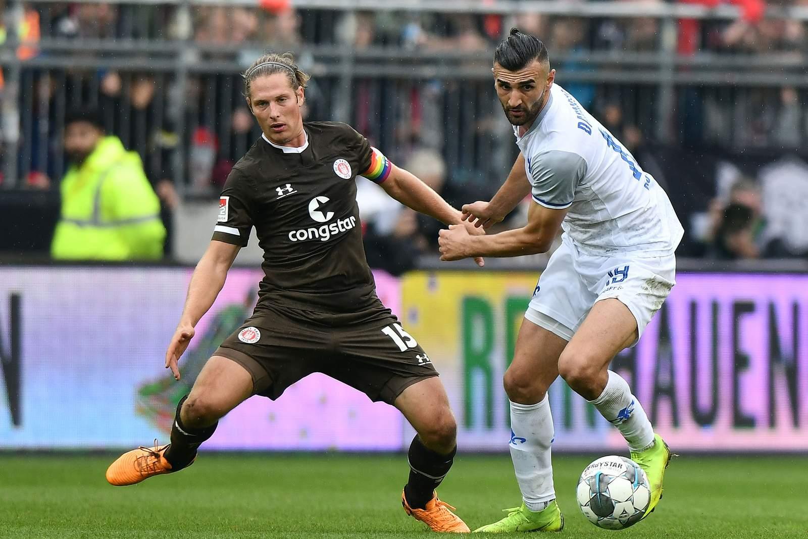 Daniel Buballa vom FC St. Pauli gegen Serdar Dursun von Darmstadt 98