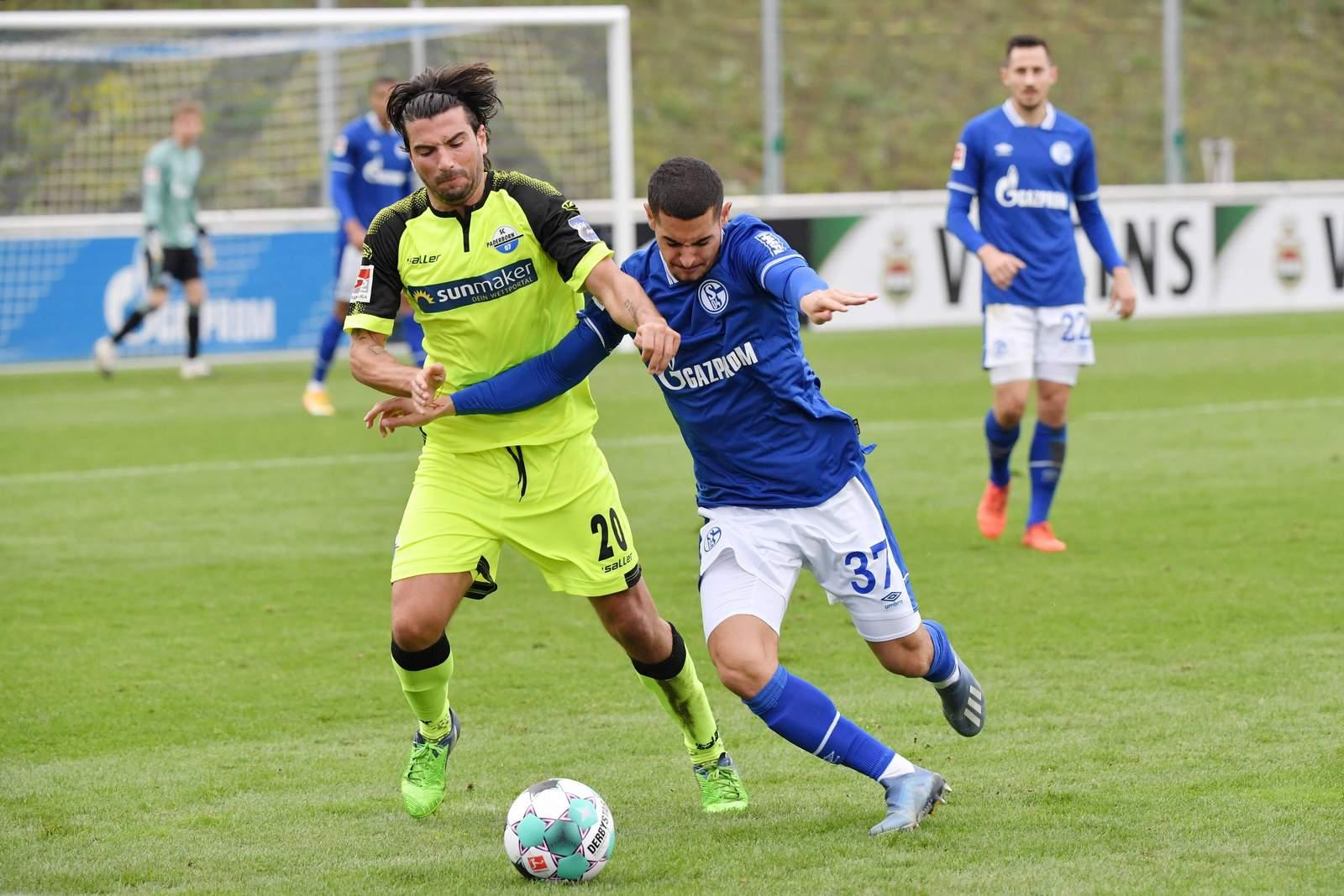 Marco Terrazzino vom SC Paderborn gegen Levent Mercan von Schalke 04