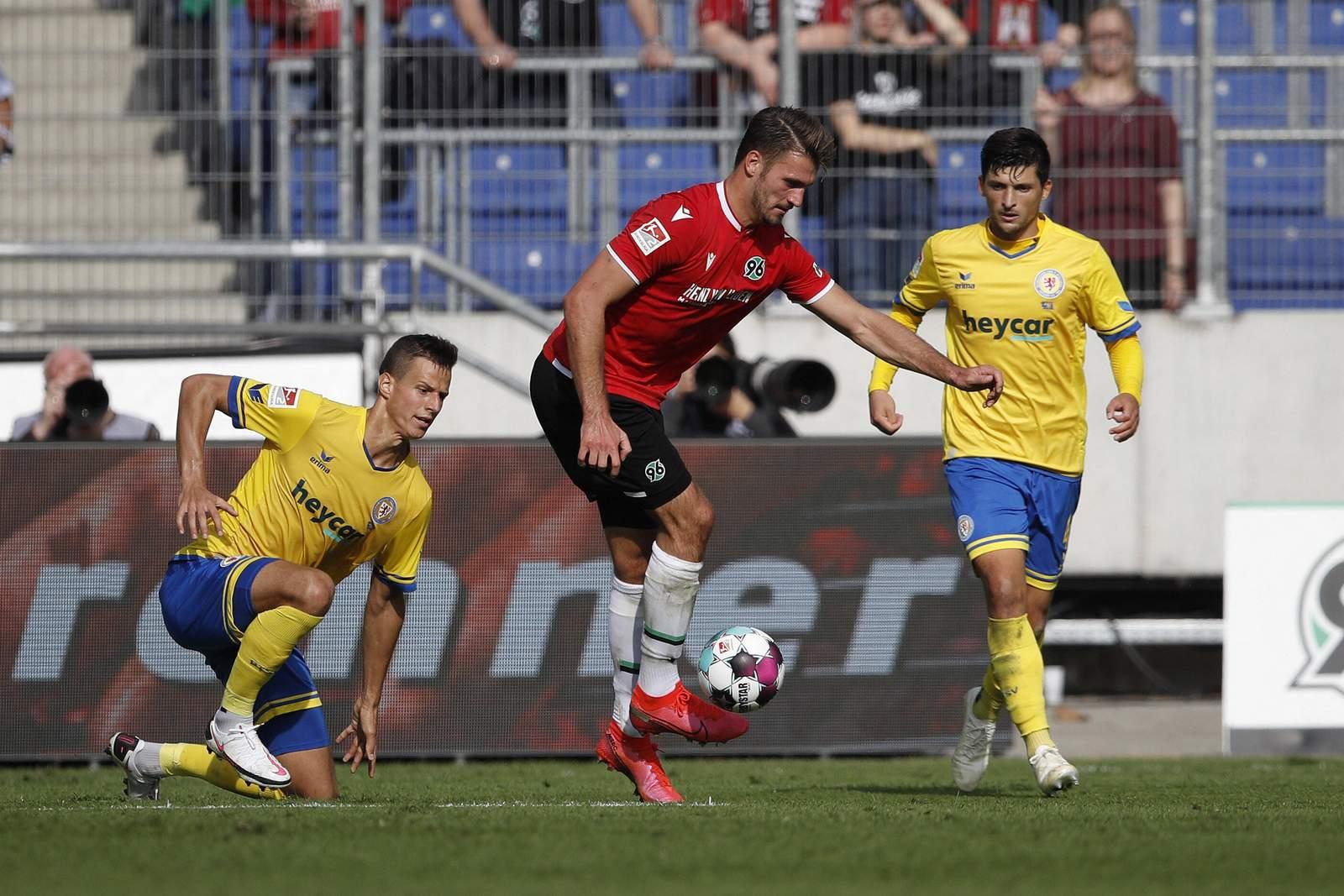 Hendrik Weydandt (m.) gegen Eintracht Braunschweig.