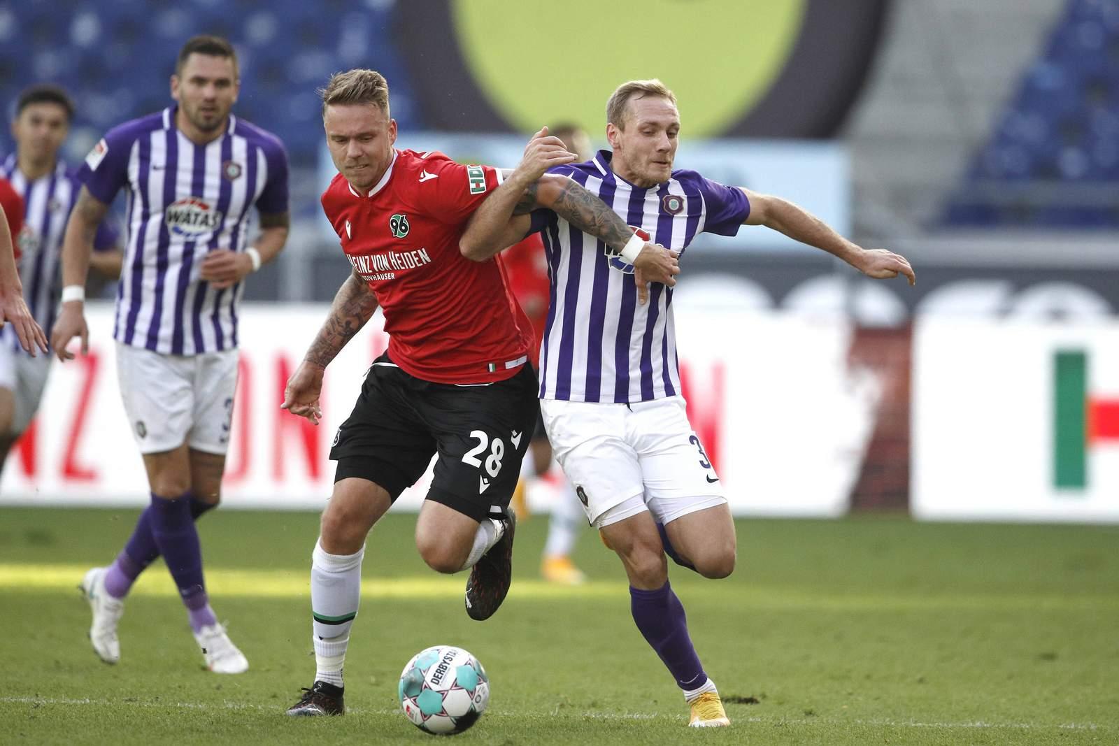 Marcel Franke von Hannover 96 gegen Ben Zolinski von Erzgebirge Aue