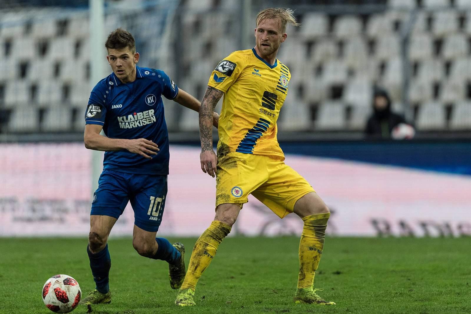 Marvin Wanitzek vom KSC gegen Philipp Hofmann von Eintracht Braunschweig