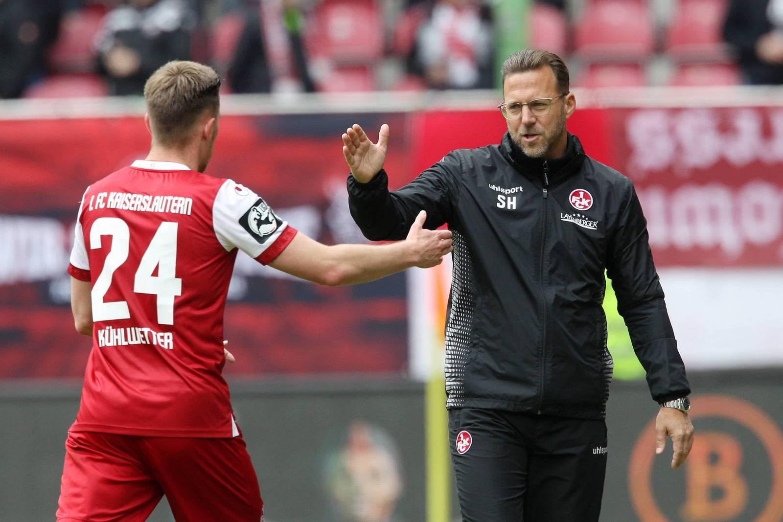 Sascha Hildmann klatscht mit Christian Kühlwetter ab