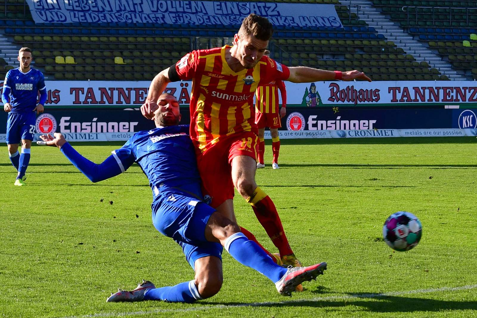 Daniel Gordon gewinnt Zweikampf beim Spiel KSC vs Paderborn