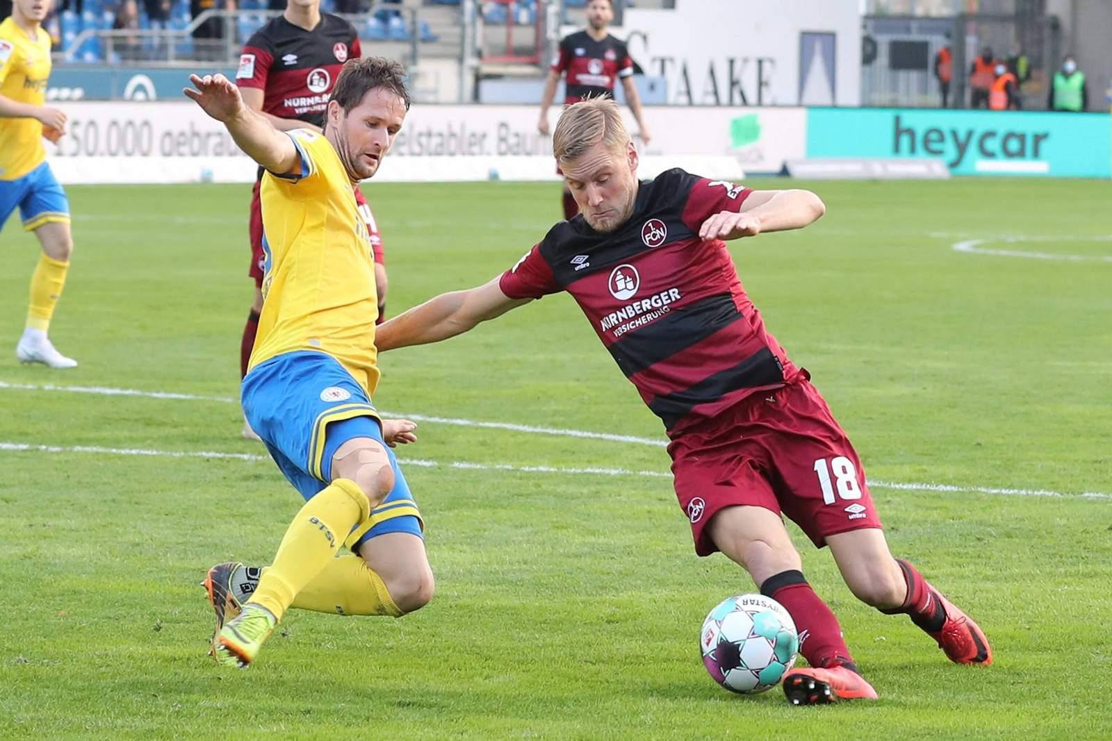 Hanno Behrens (r.) gegen Braunschweigs Nick Proschwitz