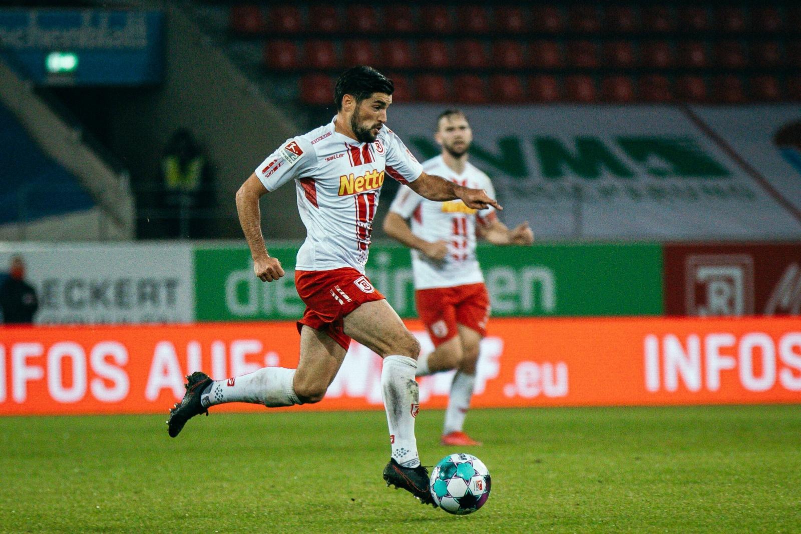Over Hein am Ball für Jahn Regensburg