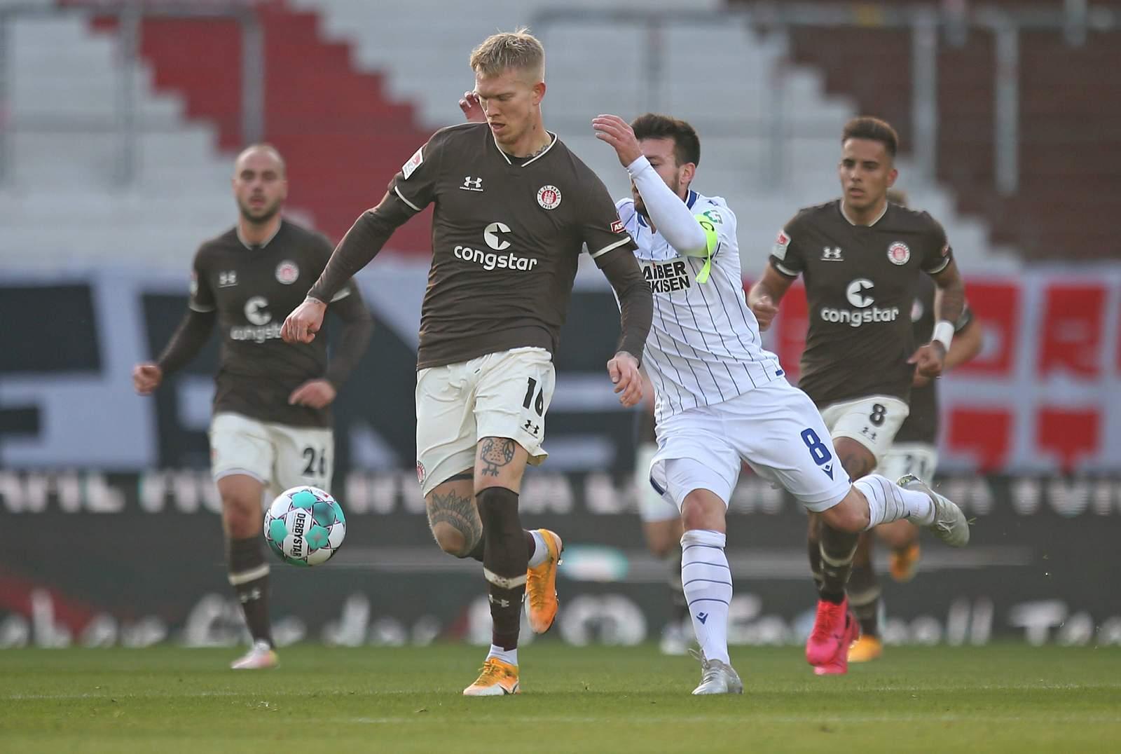 Simon Makienok gegen Karlsruhes Jerome Gondorf.