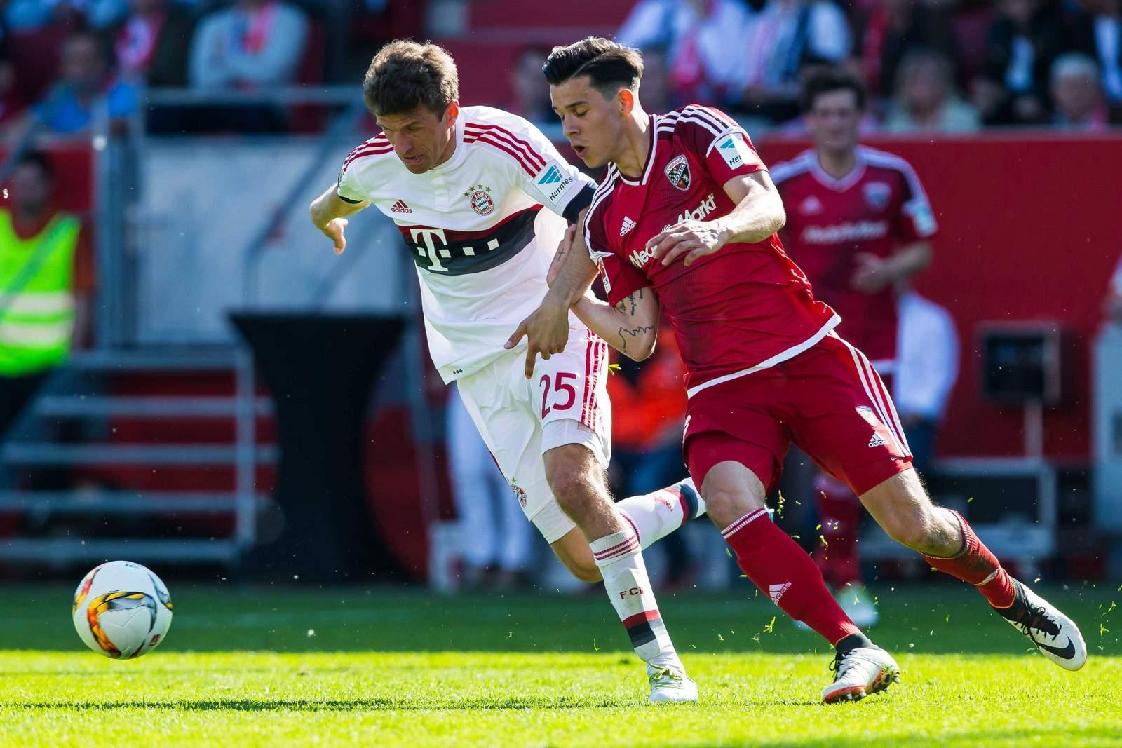 Thomas Müller im Laufduell mit Alfredo Morales. Jetzt auf Ingolstadt gegen FC Bayern wetten!