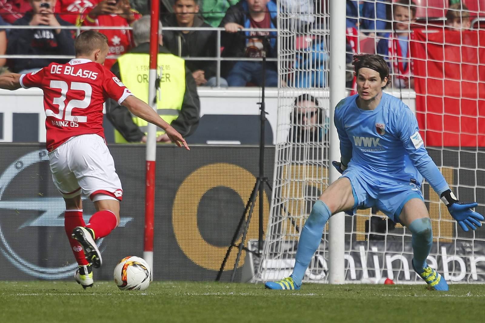 Pablo de Blasis alleine vor Marwin Hitz. Jetzt auf Mainz gegen Augsburg wetten!