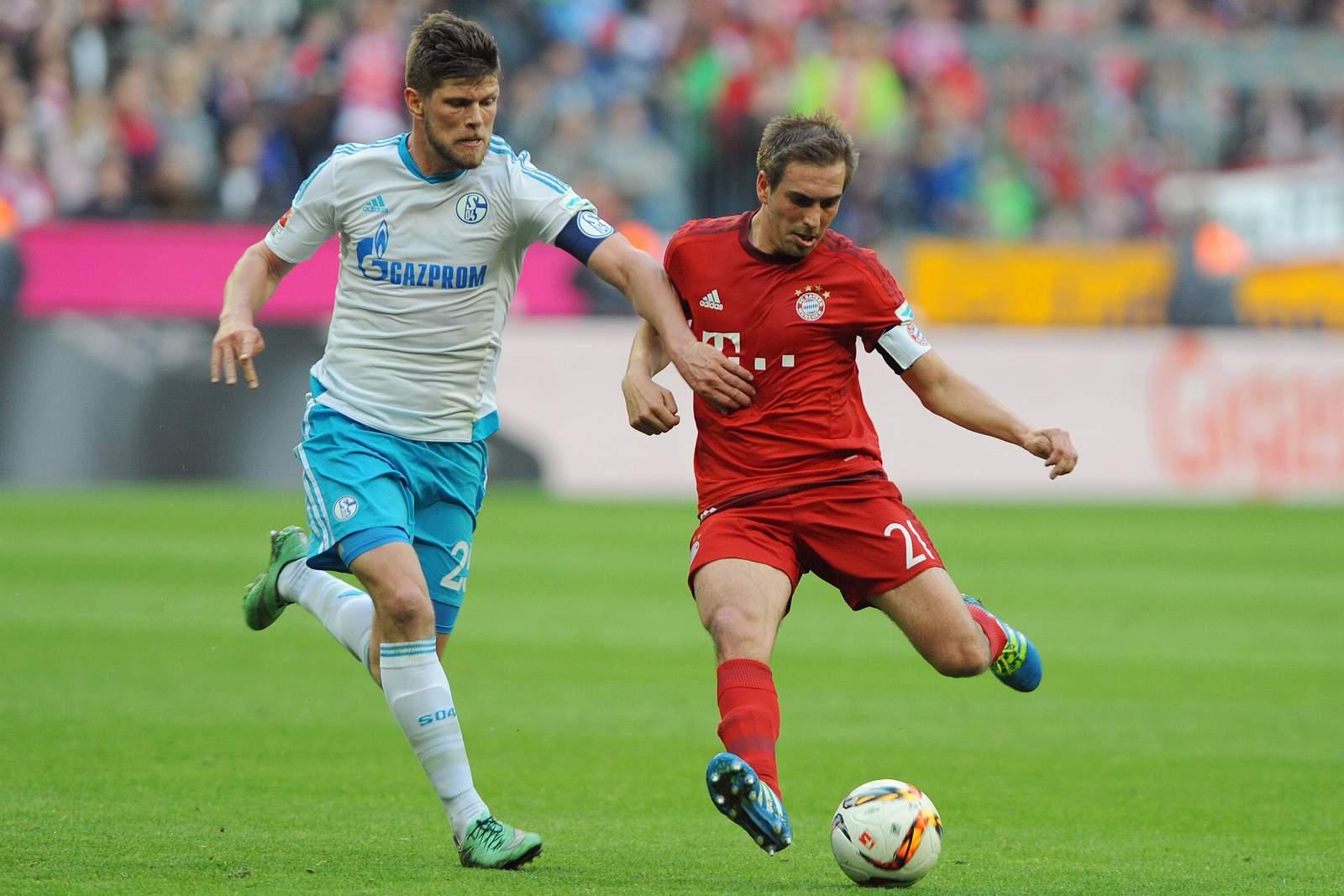 Philipp Lahm im Duell mit Klaas-Jan Huntelaar. Jetzt auf Bayern gegen Schalke wetten!