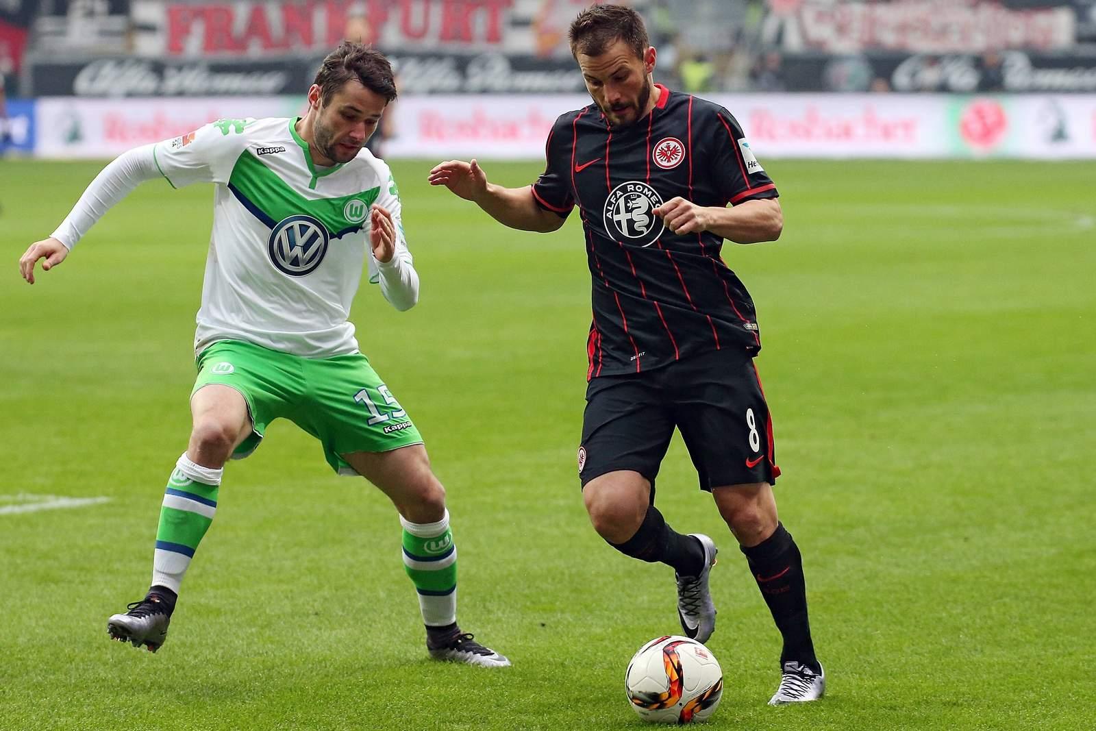 Christian Träsch bedrängt Szabolcs Huszti. Jetzt auf Wolfsburg gegen Frankfurt wetten!