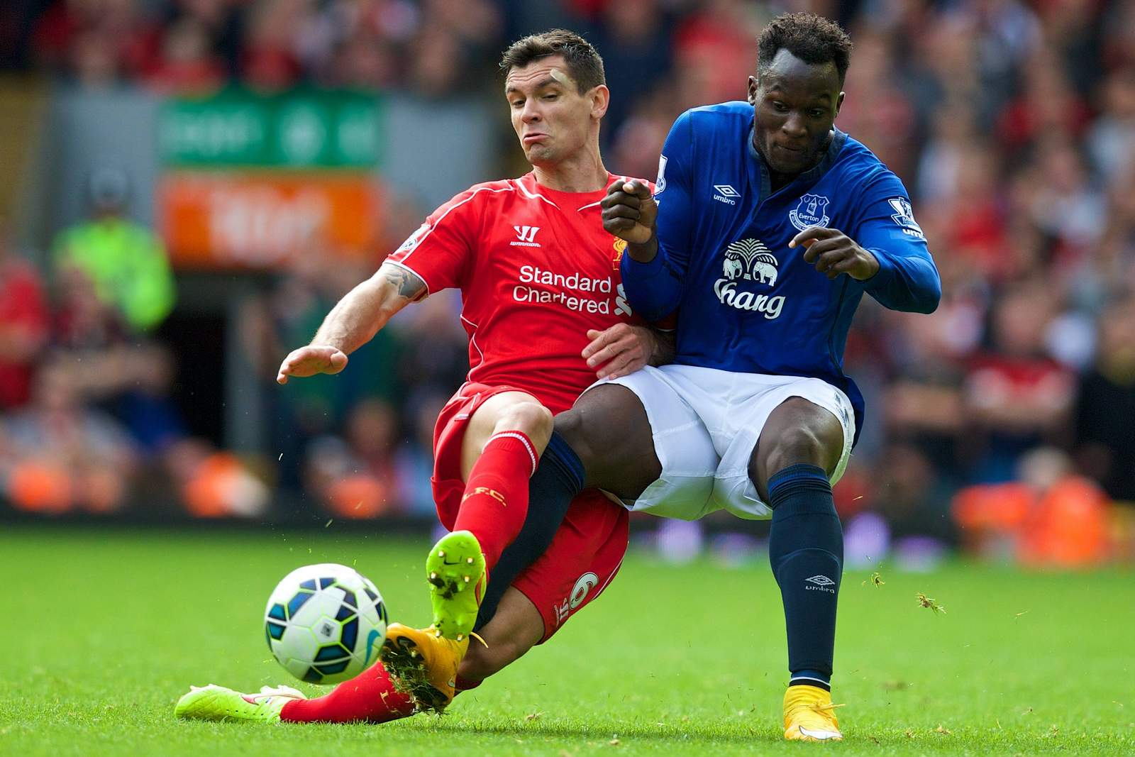 Dejan Lovren grätscht gegen Romelu Lukaku. Jetzt auf Everton gegen Liverpool wetten!