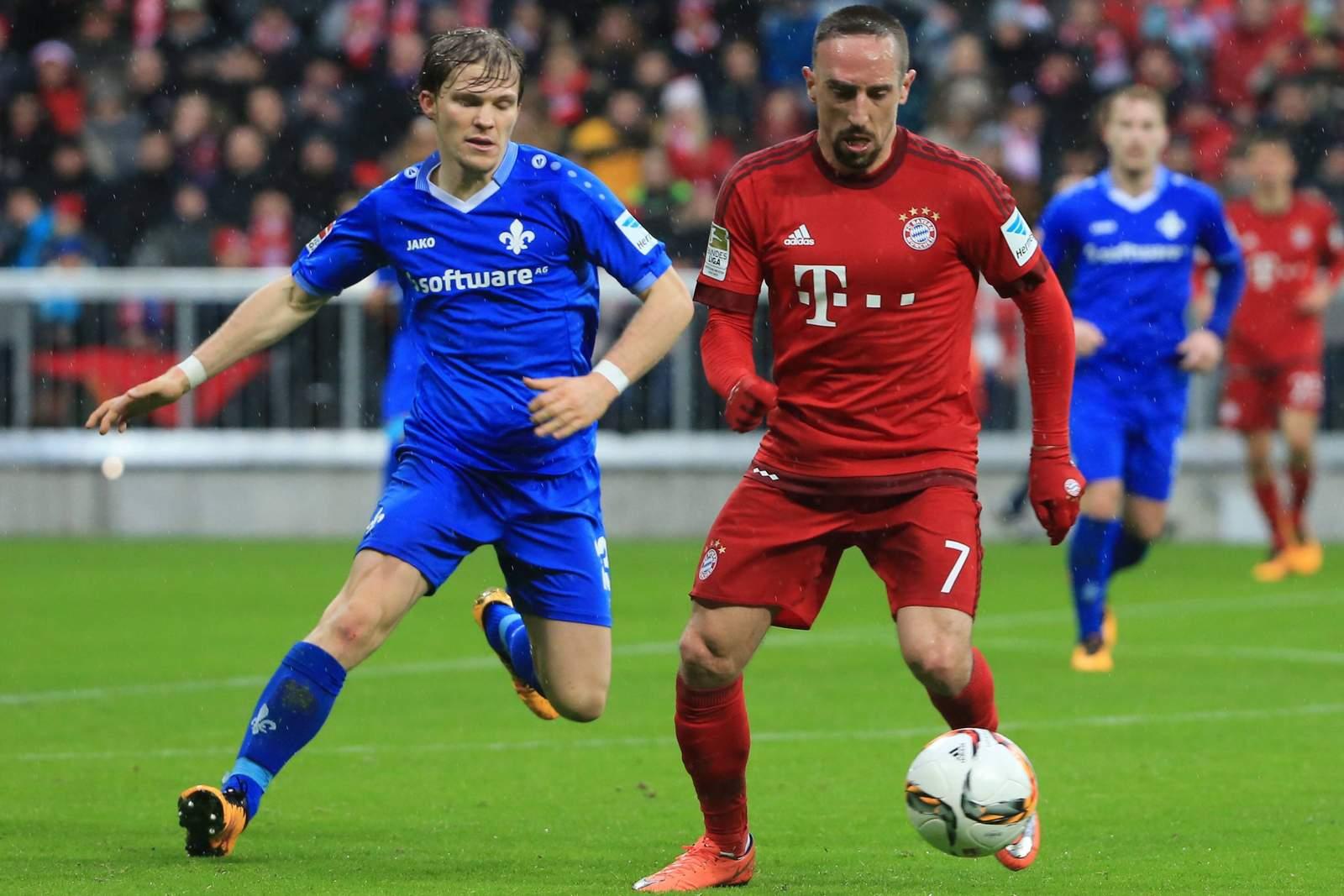 Ribery schirmt den Ball gegen Jungwirth ab. Jetzt auf Darmstadt gegen FC Bayern wetten!