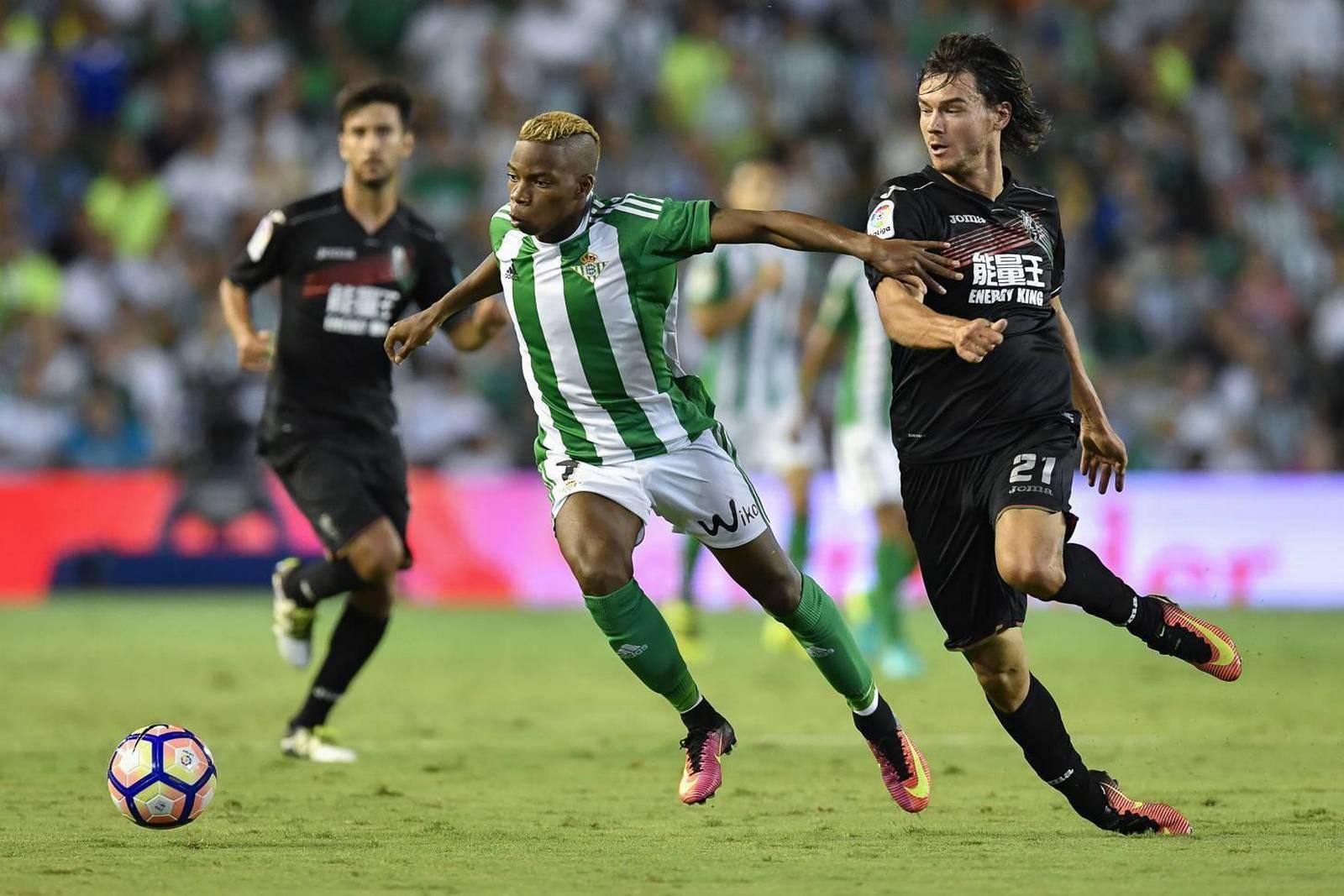 Charly Musonda im Zweikampf. Jetzt auf Granada gegen Betis Sevilla wetten!