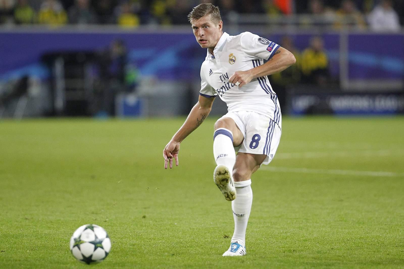 Toni Kroos mit einem Pass. Jetzt auf Real Madrid gegen Neapel wetten!
