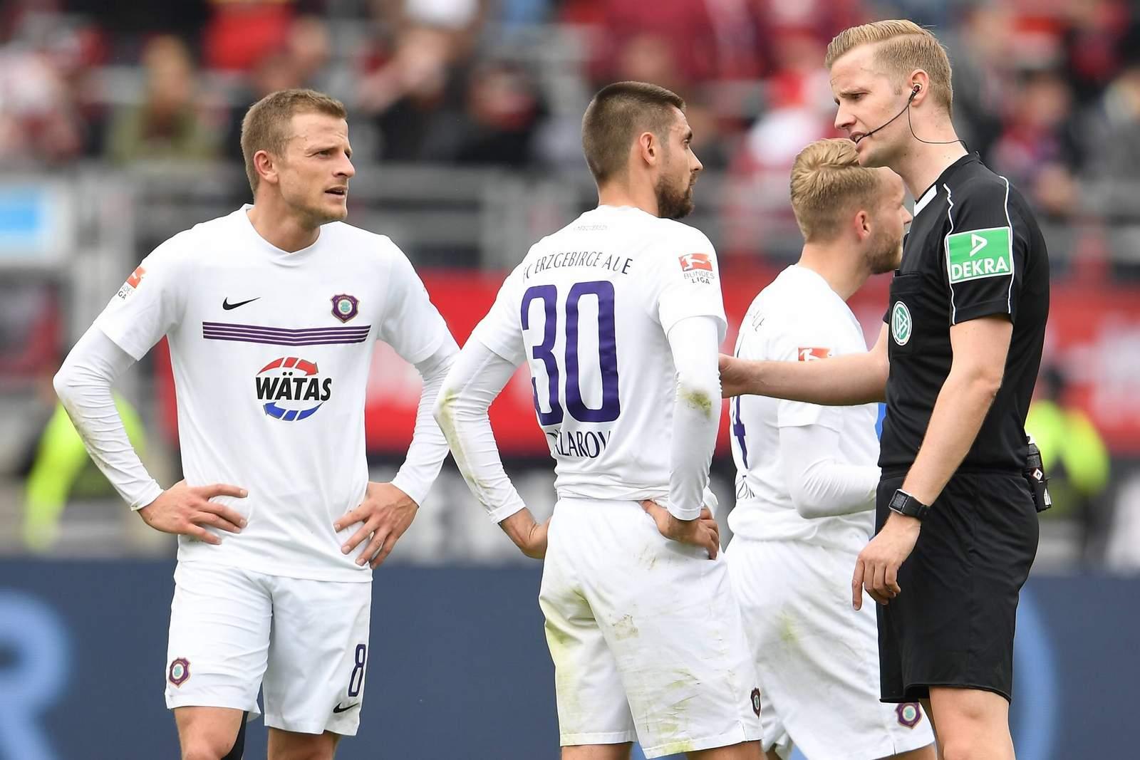 Schiedsrichter Arne Aarnink verweigerte Aue zwei Elfmeter.